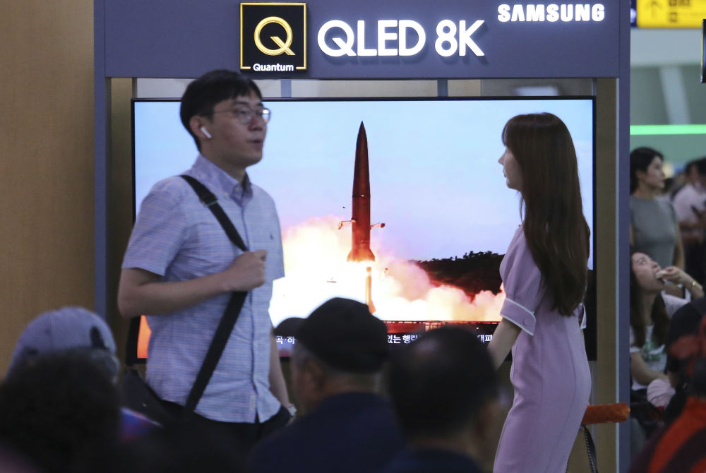 Imagem do lançamento de um míssil balístico na Coreia do Norte mostrada no programa de notícias da TV em uma estação ferroviária de Seul, Coreia do Sul