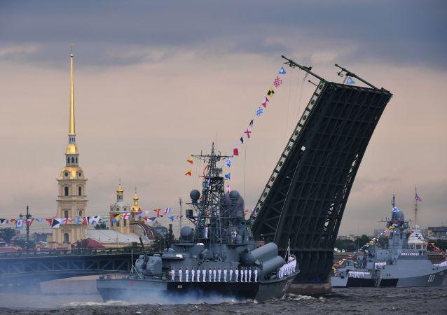 Navio de mísseis pequeno do projeto 1234 Passat e navio de mísseis pequeno do projeto 21631 Serpukhov perto da Ponte do Palácio, em São Petersburgo