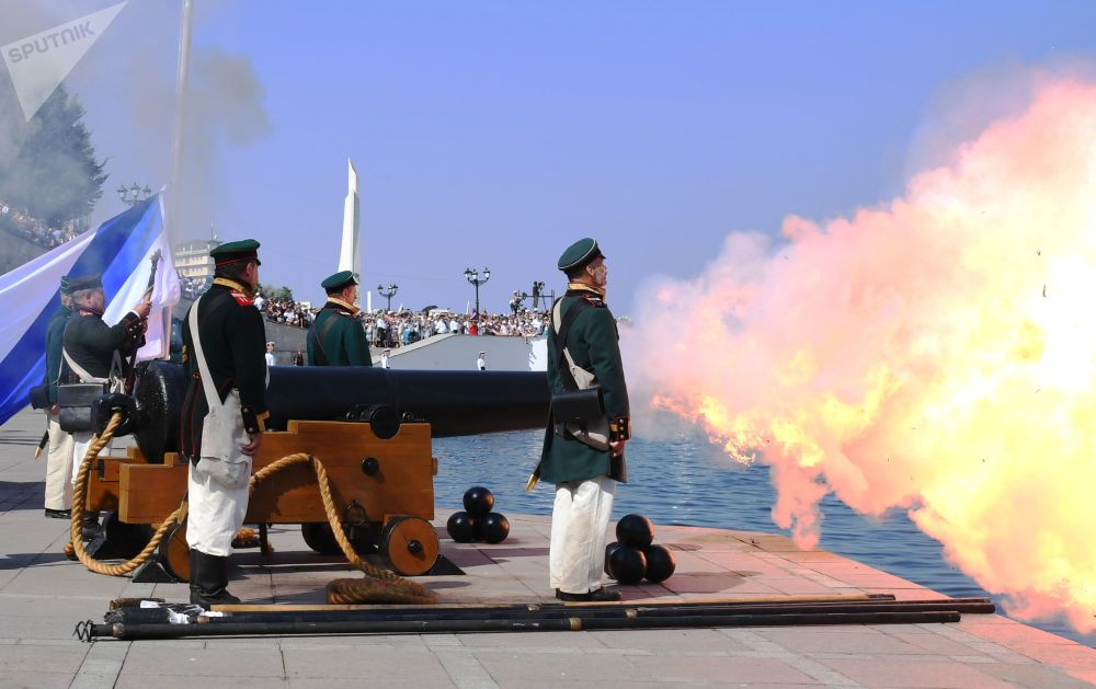 Tiro a partir de um navio do século XIX durante a celebração do Dia da Marinha russa em Sevastopol, Rússia
