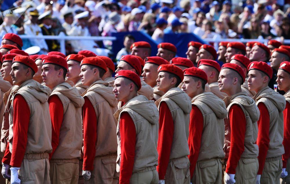 Participantes do movimento patriótico militar Yunarmiya durante o principal desfile naval dedicado ao Dia da Marinha russa, em São Petersburgo