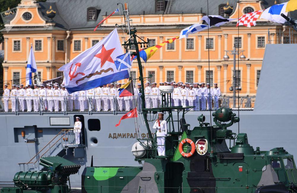 Lancha de artilharia e navio-patrulha russos durante o principal desfile naval dedicado ao Dia da Marinha russa, em São Petersburgo