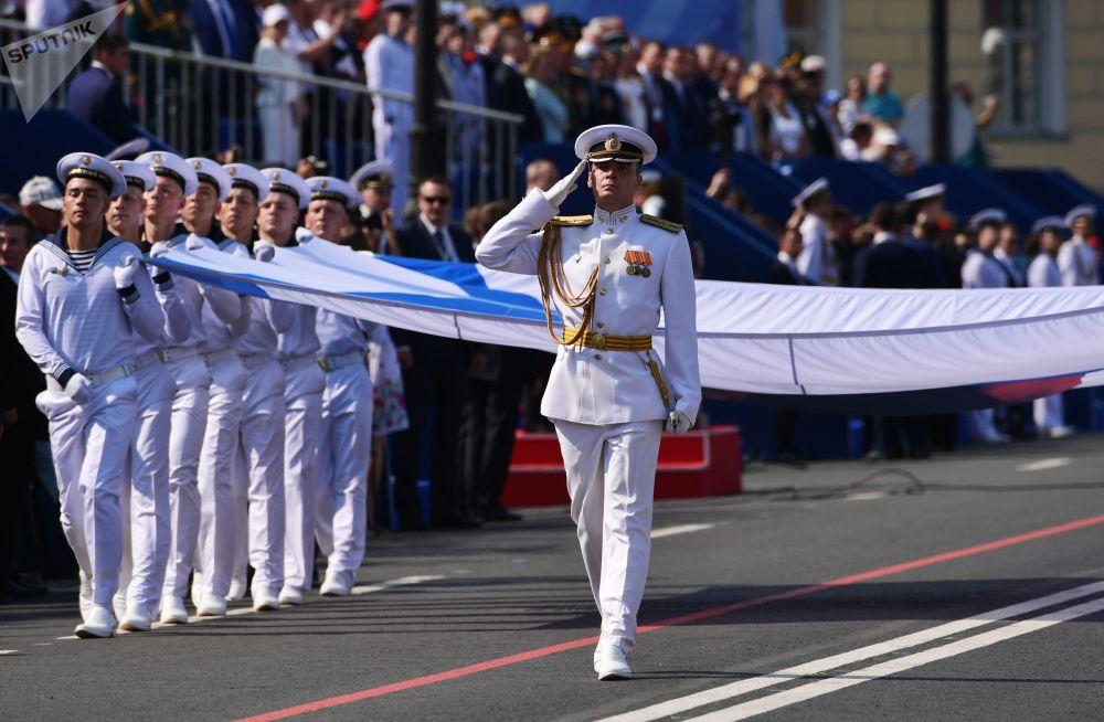 Soldados marchando durante o desfile naval dedicado ao Dia da Marinha da Rússia, em São Petersburgo