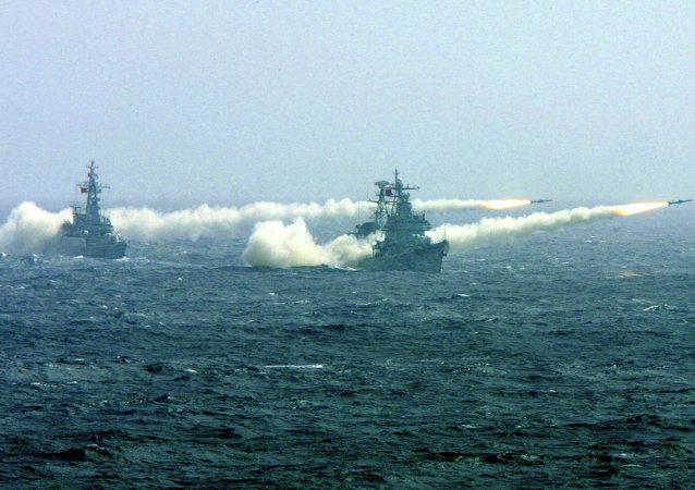 Dois navios de guerra chineses durante exercícios militares