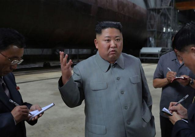 Líder norte-coreano Kim Jong-un inspeciona novo submarino do país em local desconhecido. Foto exibida em 23/07/2019 pela KCNA