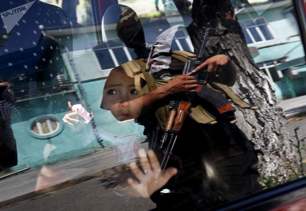 Reide de forças especiais em área onde moram uzbeques, para descobrir participantes de tumultos