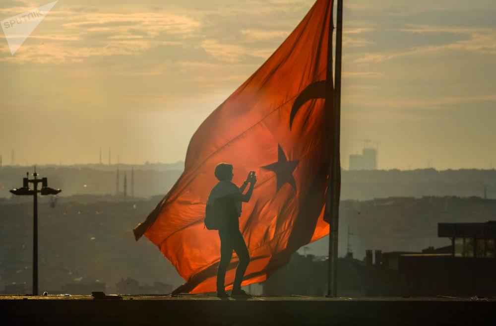 Bandeira turca na praça Taksim, Turquia