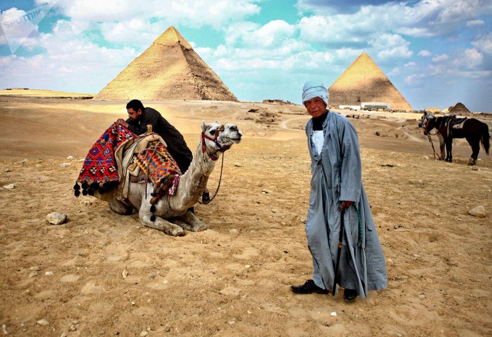Moradores locais perto das pirâmides de Gizé