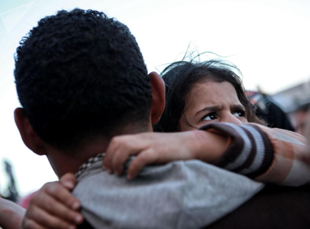 Sírios sendo embarcados em navio grego no porto de Benghazi, Líbia
