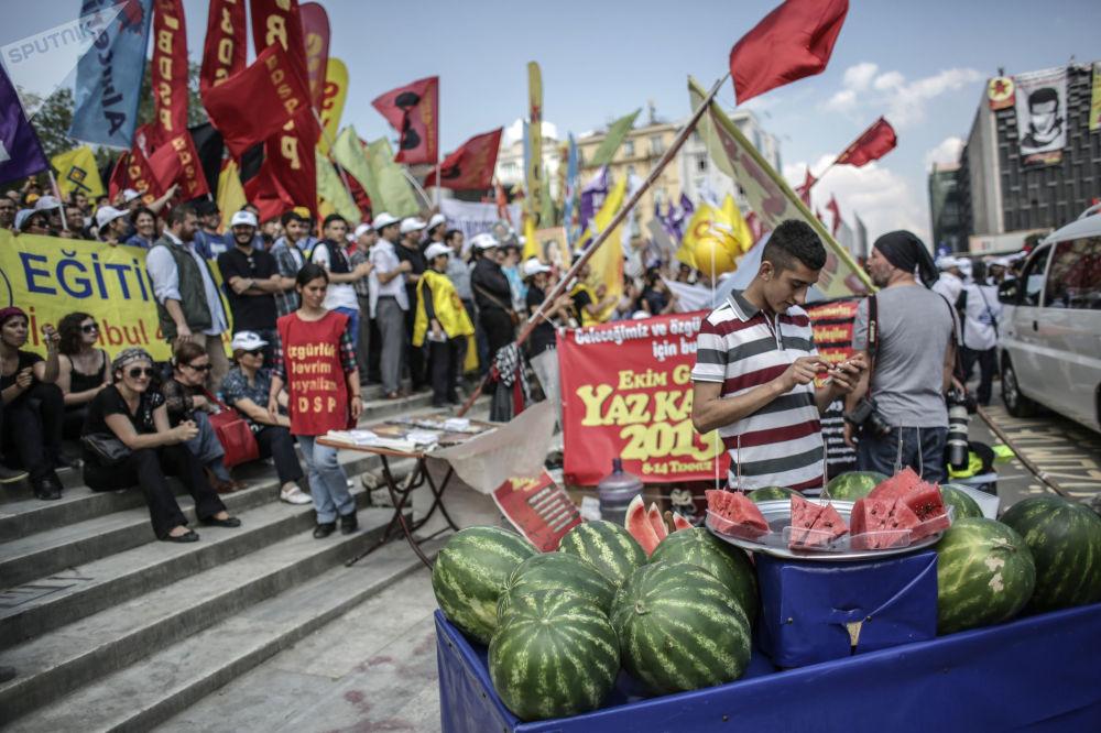 Manifestantes na praça Taksim, em Istambul