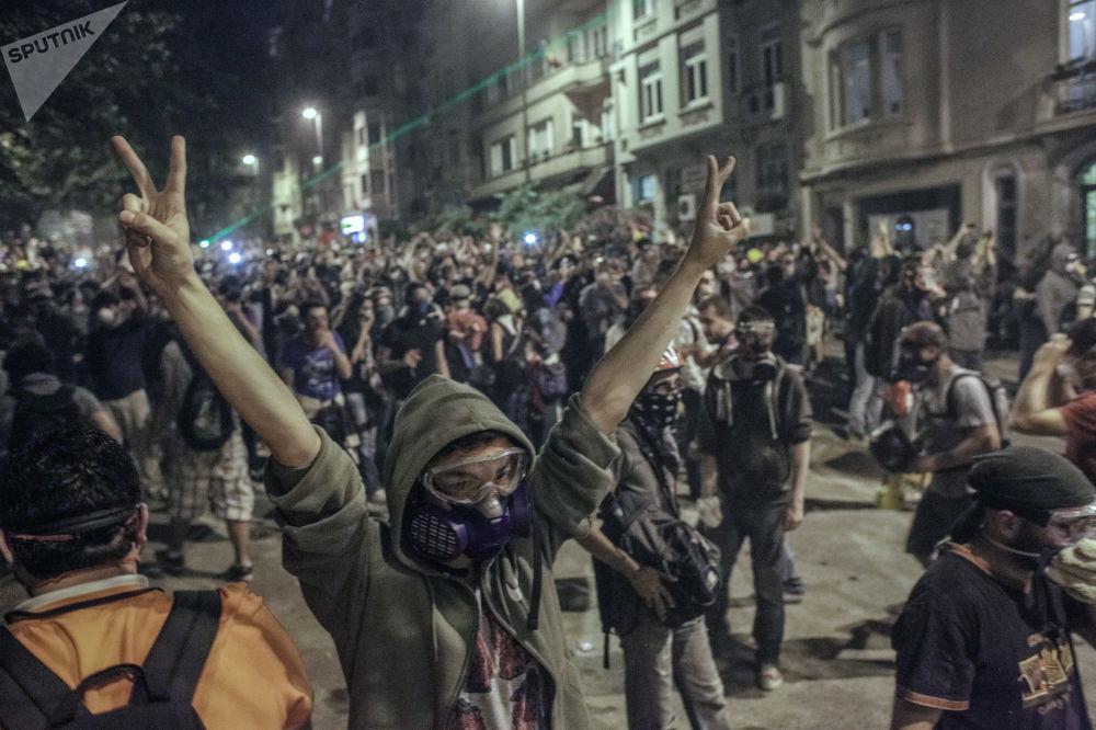 Manifestantes constroem barricadas durante confrontos com a polícia perto da praça Taksim, em Istambul
