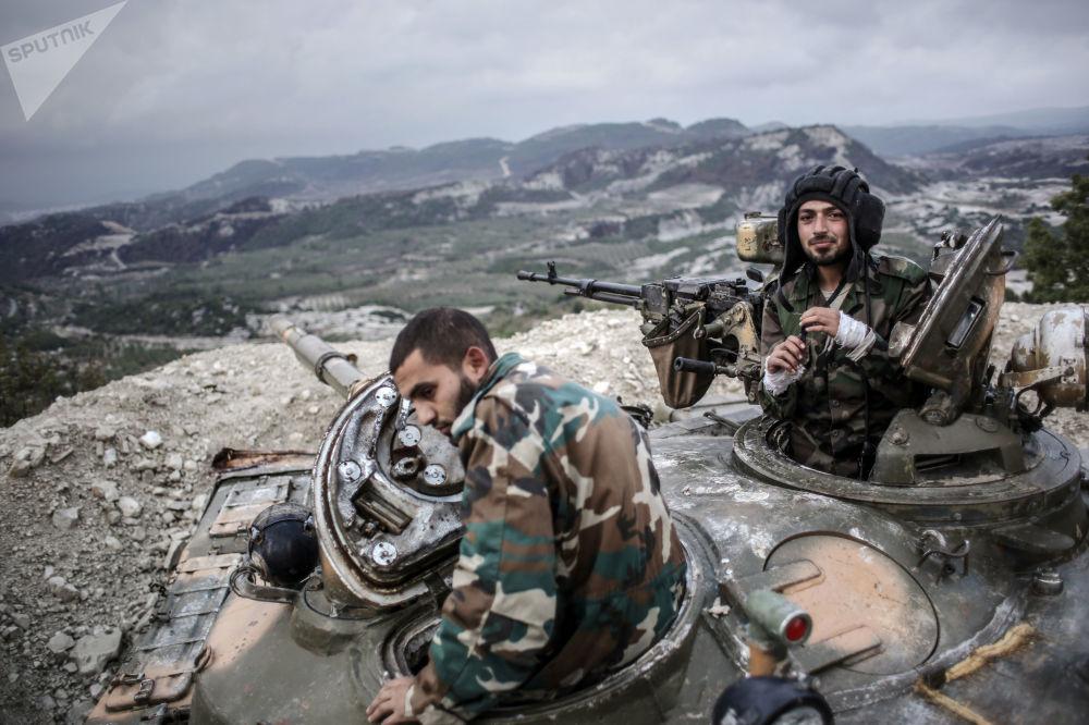 Militares das forças governamentais sírias em topo de colina na província de Latakia