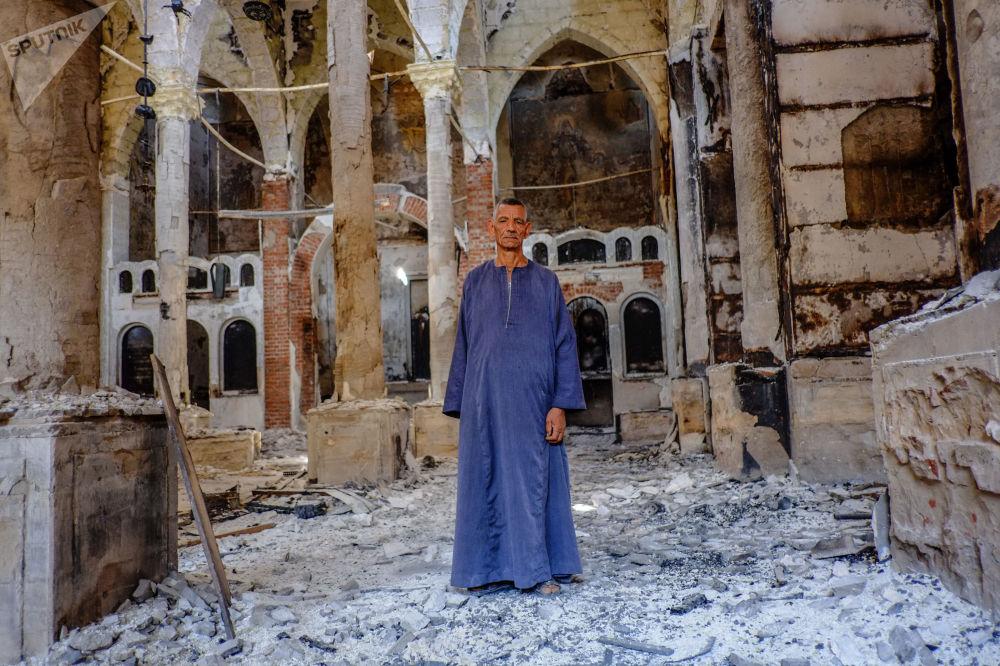 Um copta em uma das igrejas coptas destruídas na província egípcia de Minia