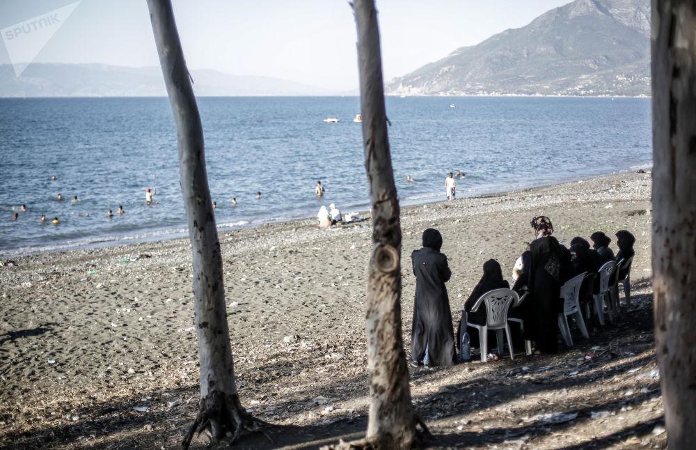Moradores locais na praia em Latakia, Síria