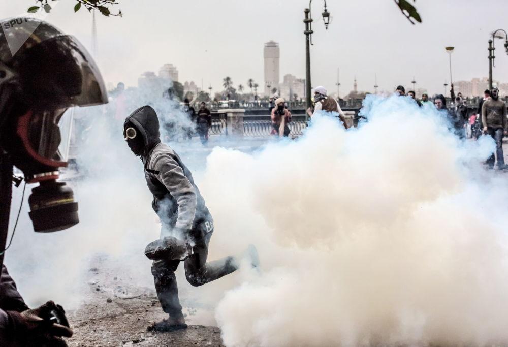 Confrontos entre manifestantes e polícia perto da praça Tahrir, no Cairo