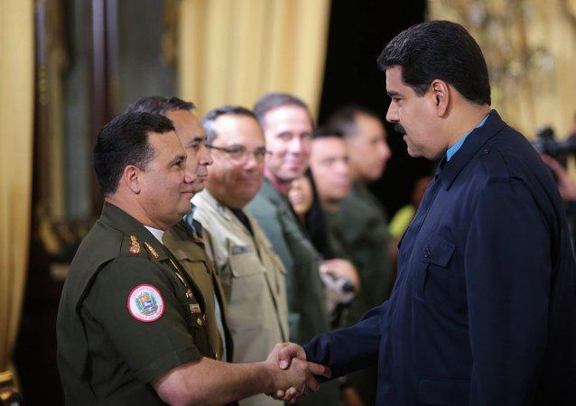 Presidente Maduro cumprimenta Gustavo Gonzalez em Caracas no dia 9 de março de 2015