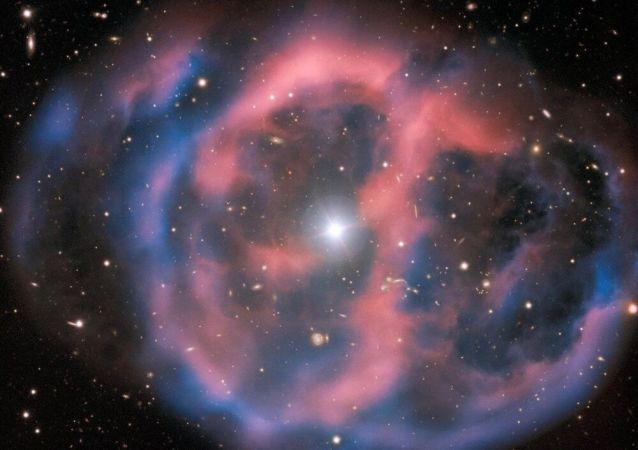 Restos nebulosos de uma estrela gigante morta em torno da estrela subanã