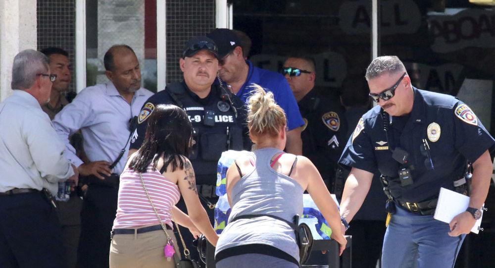 Algumas pessoas entram em uma escola para procurar parentes próximos ao local de um tiroteio em El Paso, no Texas, no dia 3 de agosto de 2019 (foto de arquivo).