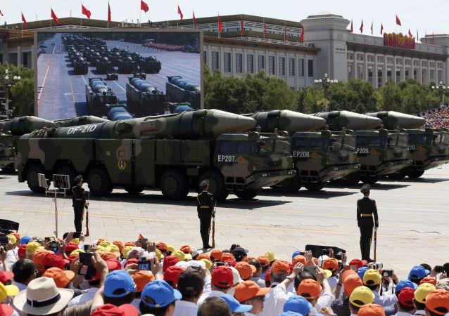 Veículos carregam mísseis anti-navio DF21D. Foto tirada em 3 de setembro de 2015