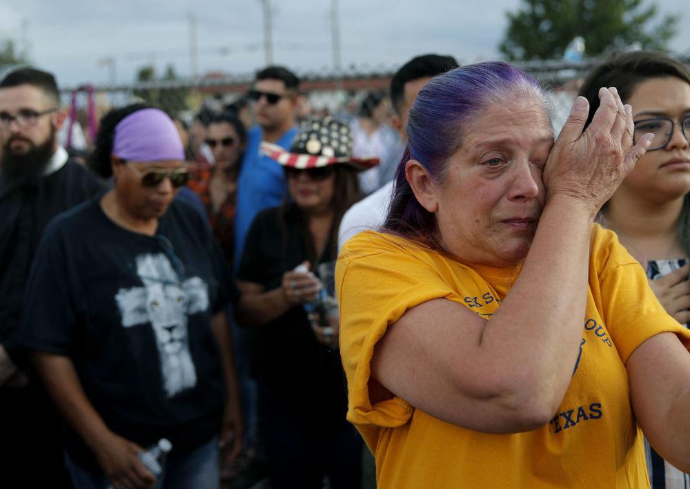 Mulher chora durante eventos em memória às vítimas do tiroteio no Texas