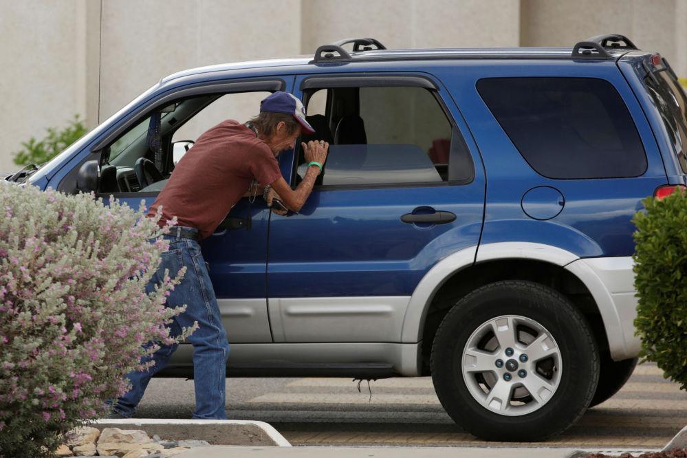 Homem depois de ter recebido informações sobre os feridos no tiroteio no Walmart, no Texas