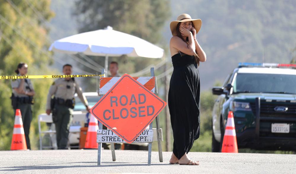 Mulher perto do posto policial do festival de comida Gilroy Garlic, na Califórnia