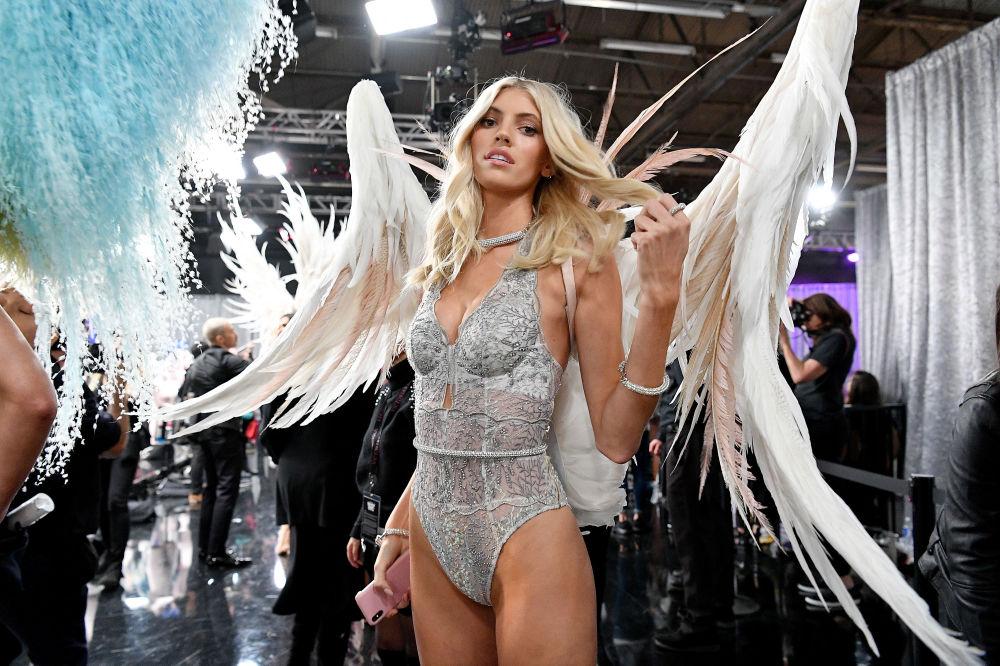 Devon Windsor nos bastidores do desfile de moda da Victoria's Secret Fashion Show, em 2018
