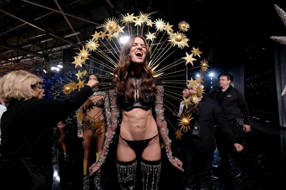 Barbara Fialho nos bastidores do desfile de moda da Victoria's Secret