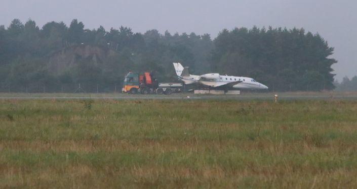 Equipes de emergência próximo ao avião Cessna 560XL da cantora Pink na Dinamarca