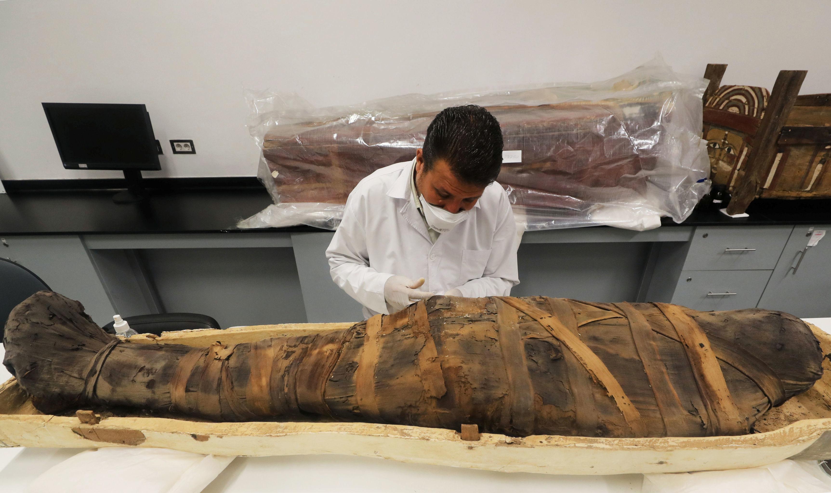 Arqueólogo durante trabalhos de restauração da múmia do jovem rei Tutancâmon no Grande Museu Egípcio em Gizé