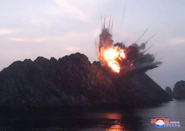 Explosão de alvo durante testes de mísseis em um local desconhecido na Coreia do Norte (foto de arquivo da agência KCNA)