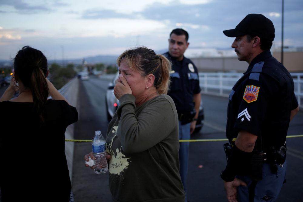 Reação de uma mulher ao tiroteio ocorrido no supermercado Walmart em El Paso, no Texas, onde morreram várias pessoas