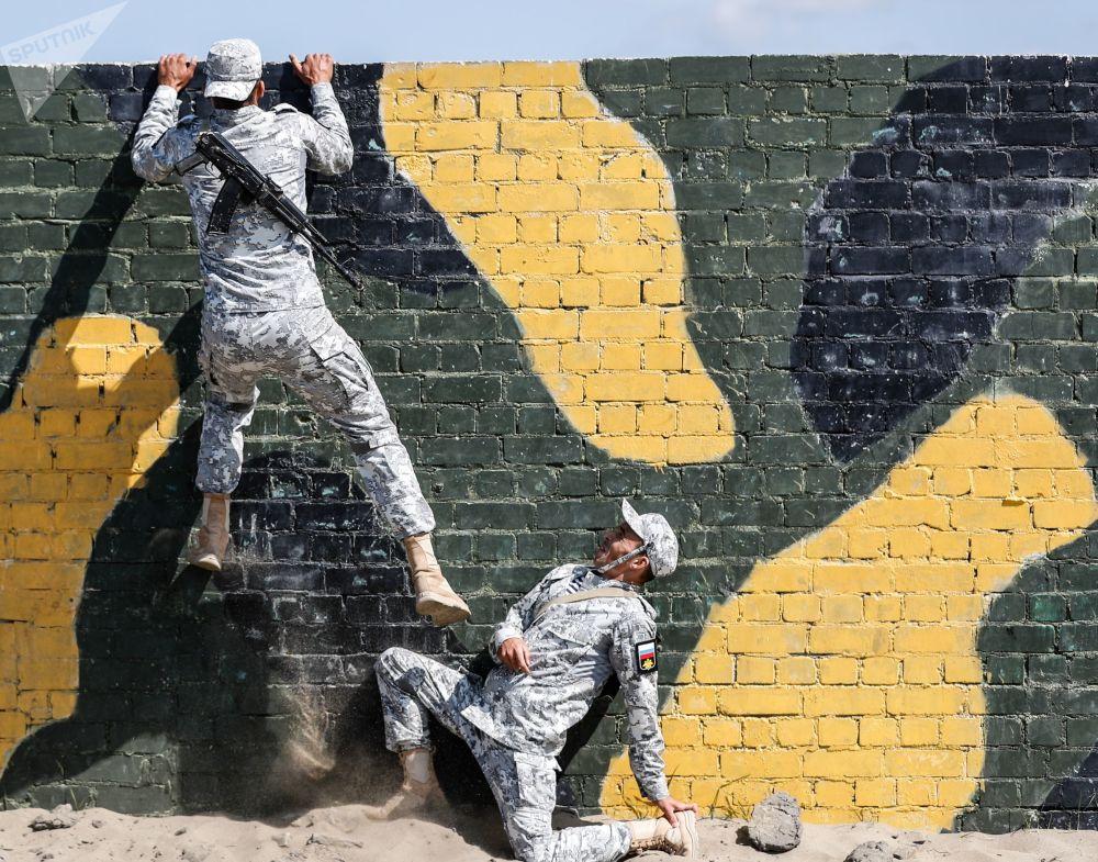 Militares russos superando uma corrida de obstáculos durante a competição militar internacional Forças Anfíbias-2019