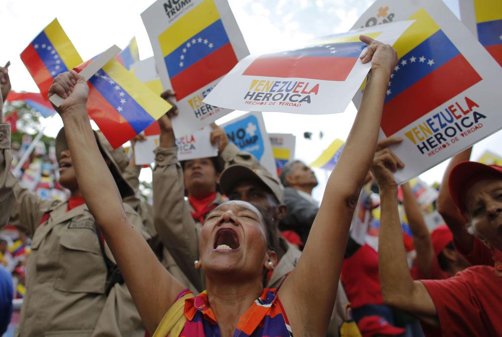 Apoiadores do governo venezuelano durante o protesto contra as sanções econômicas dos EUA, em Caracas