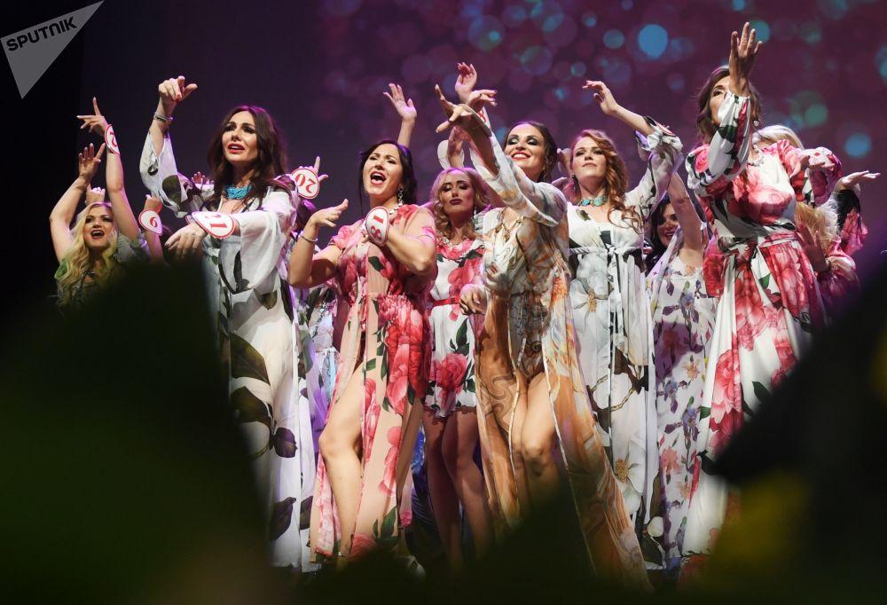 Participantes cantam todas juntas no final do concurso