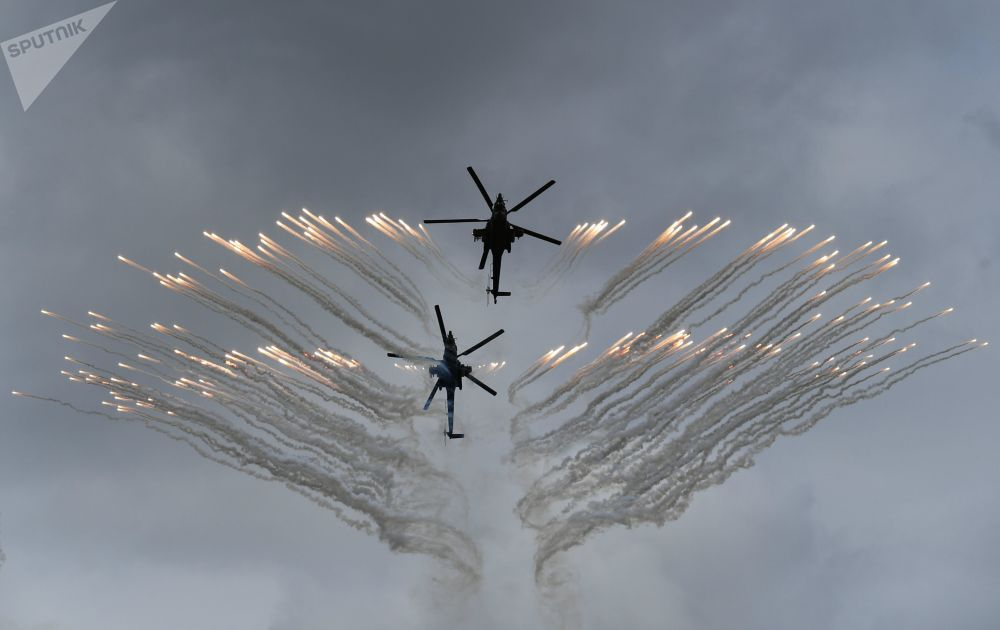 Helicópteros Mi-28N Caçador Noturno se apresentam em concurso militar