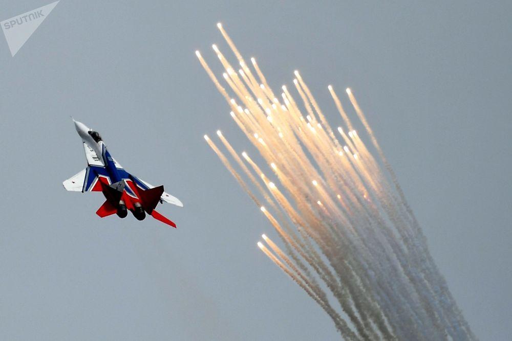 MiG-29 da esquadrilha acrobática Strizhi no concurso militar Aviadarts 2019