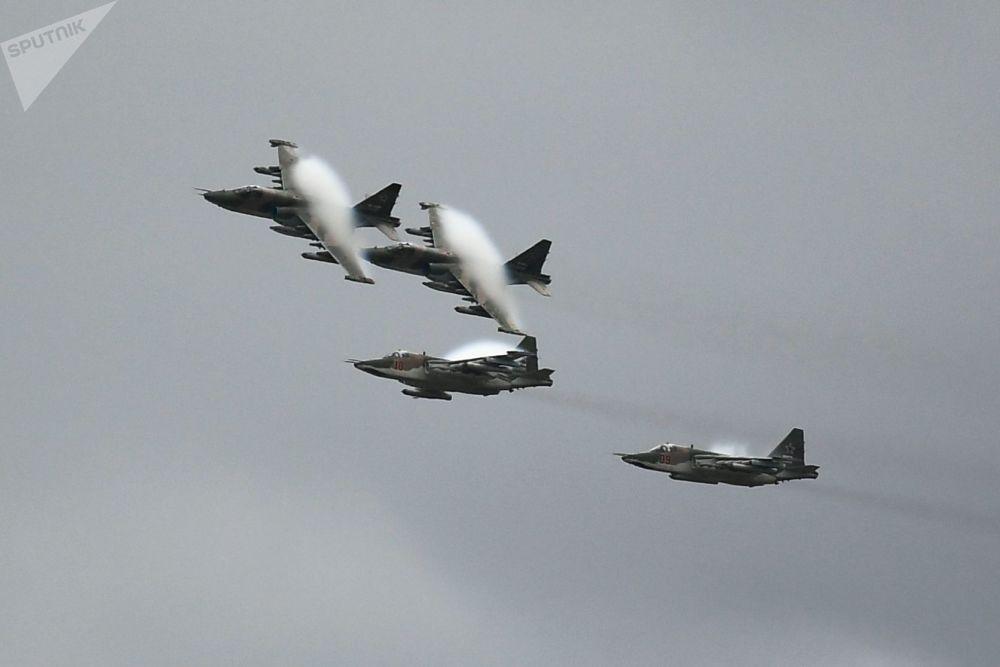 Aviões de ataque ao solo Su-25 se apresentam no Aviadarts 2019