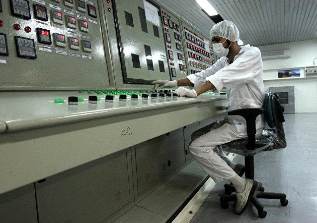 Técnico iraniano trabalhando em instalação do programa nuclear iraniano