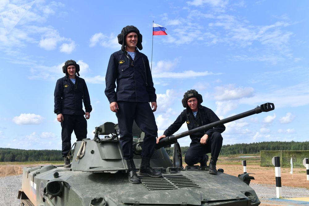 Tripulação de veículo de combate de tropas paraquedistas BMD-4M Sadovnitsa da equipe da Rússia no decorrer dos Jogos Militares Internacionais