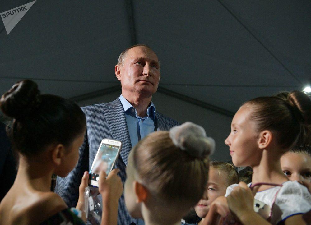 O presidente da Rússia Vladimir Putin durante um encontro com crianças na abertura do festival da ópera e ballet Quersoneso