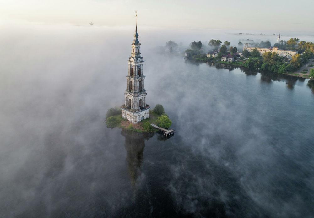 Torre sineira submersa da catedral de São Nicolau de Mira na região de Tver, Rússia