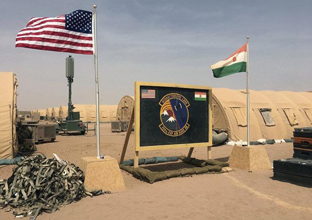 Bandeiras dos EUA e do Níger são hasteadas lado a lado na Base Aérea 201 de Agadez, Níger