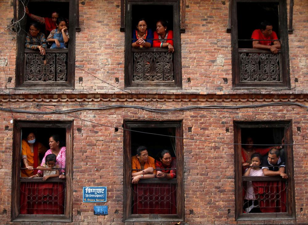 Visitantes observam o festival anual Nil Barahi, em Bode, Nepal