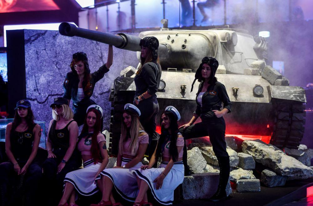 Garotas posam em um tanque durante o festival de jogos de vídeo Gamescom em Colônia, na Alemanha
