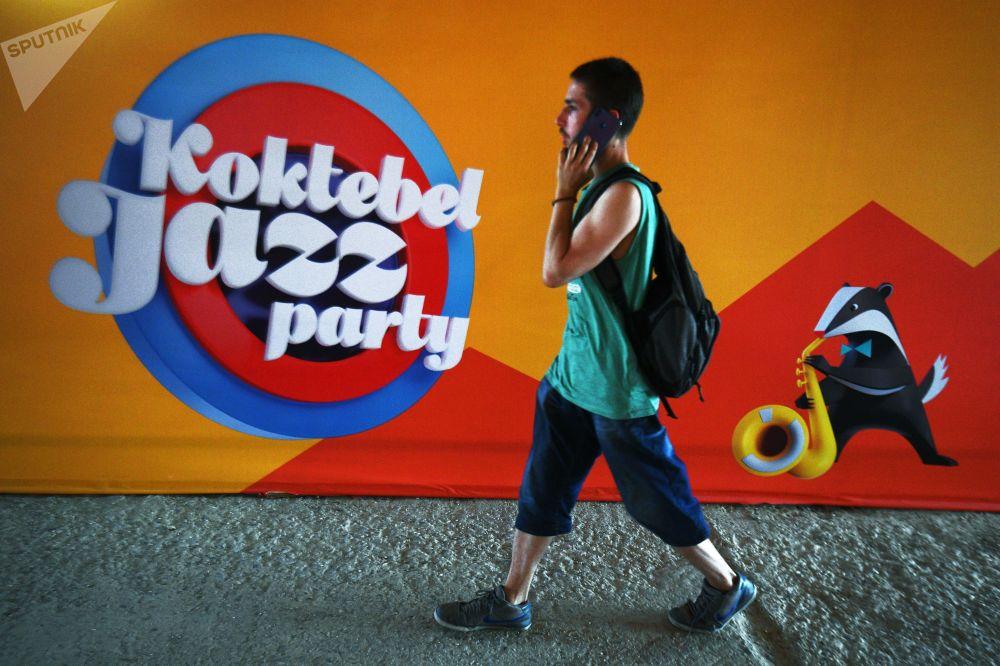 Cartaz do festival internacional de jazz Koktebel Jazz Party, na praia de Koktebel, na Crimeia