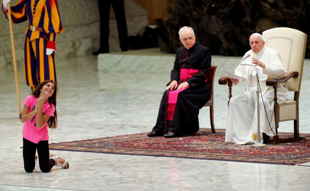 Criança ouve o discurso do Papa Francisco na sala São Paulo VI, na cidade do Vaticano