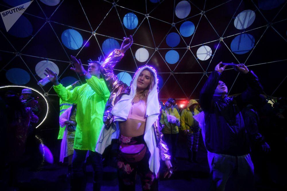 Visitantes do festival de música eletrônica Alfa Future People, na região russa de Nizhny Novgorod