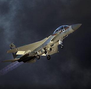 Caça israelense F-15 E fazendo acrobacias aéreas (imagem referencial)