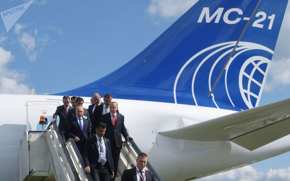 Presidentes russo e turco, Vladimir Putin e Recep Tayyip Erdogan, descem a escada da aeronave russa MS-21-300 durante a visita ao Salão Aeroespacial Internacional MAKS-2019
