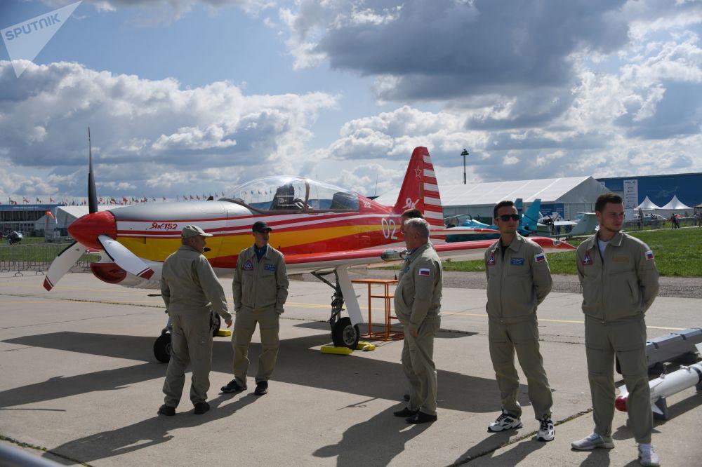 Pilotos ao lado da aeronave de treino Yak-152 no Show Aéreo de abertura do Salão Aeroespacial Internacional MAKS-2019